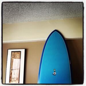 """もどったらまずサーフィン! 今朝は7'6""""のタカヤマのエッグが絶好調でした。"""