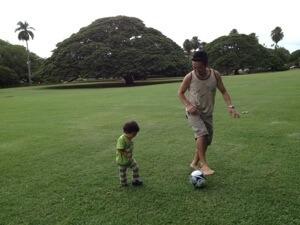 「日立の大きな木」の前で次男とサッカー