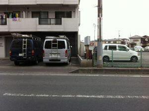 切り下げ工事前の写真。角の駐車スペースに停めようとすると乗り上げてしまいます。