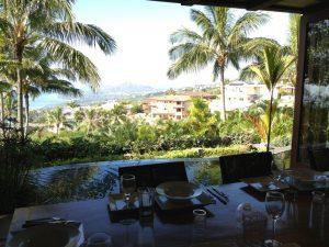 ハワイロア邸宅のダイニングから。庭、プール、海、そしてダイヤモンドヘッドを見ながら食事ですかー