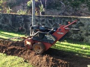 トレンチャーという掘削機でパイプを埋める穴をあけて行きます。