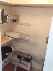 廊下の反対側にある物置を洗濯機/乾燥機置場に。これでガレージまで洗濯をやりに下がったりタンスにしまいに上がったりする必要がなくなります!