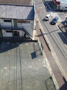 屋上からみた隣地元駐車場。最悪5階建てが建ちそうです。