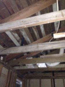 ハワイでリフォーム:二階マスターバスの天井がかなり広いなぁ、これ開けたまましようかな?