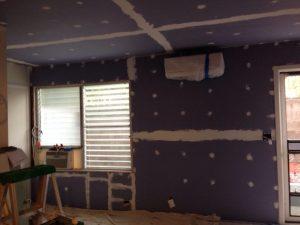 ハワイでリフォーム:メインルームはいよいよ壁と天井の仕上げに入ります。