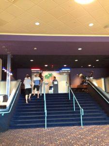 ハワイの夏休み:長男のサマースクール開始前に家族で映画へ。地元の映画館は日曜日でもガラガラw