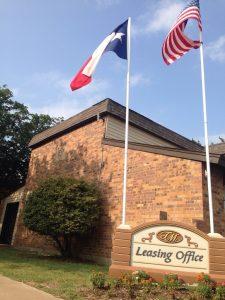 ダラスのアパート:リーシングオフィスといって現場に賃貸管理オフィスがあります。