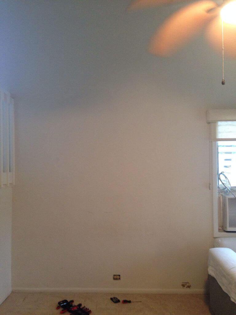 ハワイで大家:家具をどけて吹き抜けに面する壁を一面確保