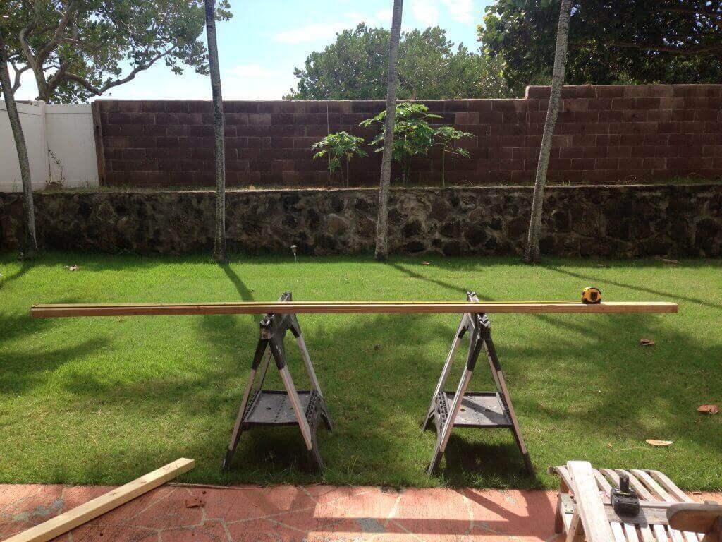 ハワイで大家:2x4の板をカット