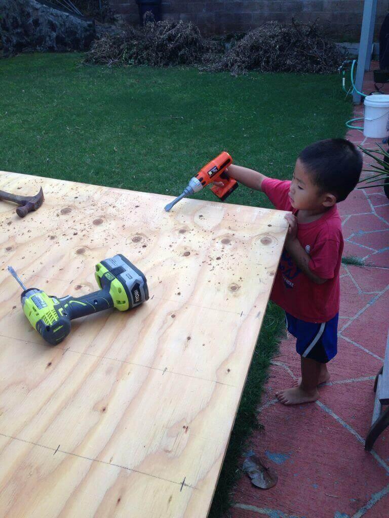 """ハワイで大家:3/4""""Plywood(合板)に穴をあけて行きます。次男も専用ドリルで参加!"""