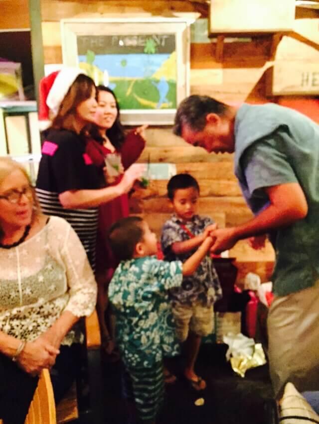 ハワイで大家:サチハワイクリスマスパーティ2014@Goofy Cafe プレゼントになるとボーイズ現金です