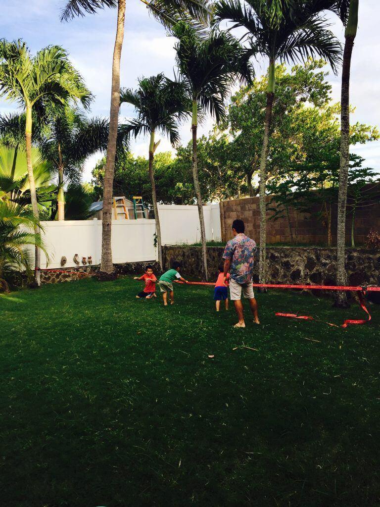 ハワイで大家:クリスマスパーティ@我が家 スラックラインで遊ぶキッズ