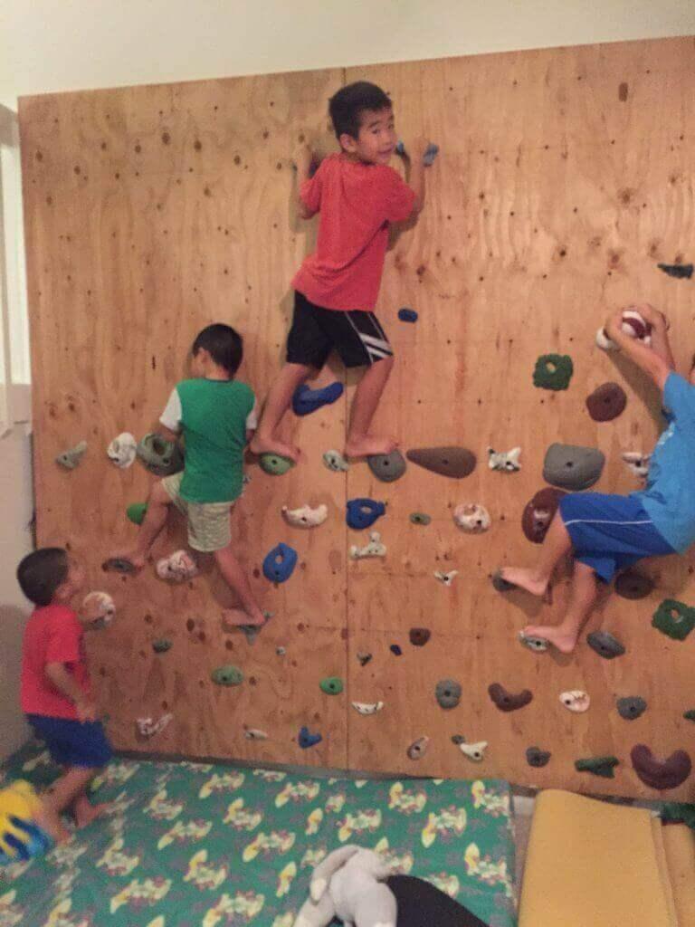 ハワイで大家:クリスマスパーティ@我が家 もう簡単に上まで登っちゃいますw