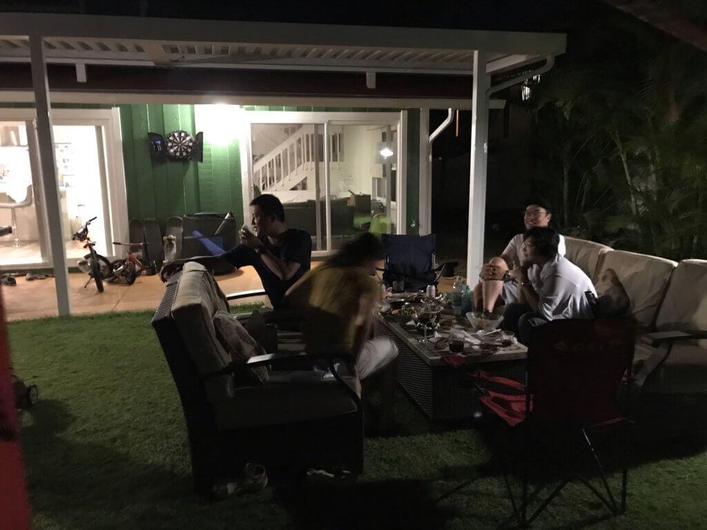 ハワイで大家:日本から来てくれた友人たちと庭で歓談